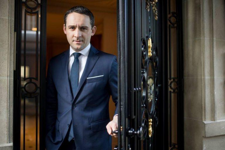 Antoine Pétrus ouvre la porte du Taillevent ©Anne-Emmanuelle Thion