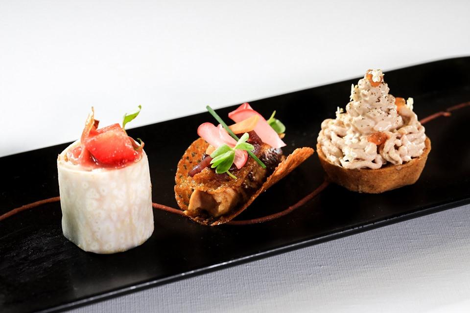 amuse-bouche (spirale de céleri au foie gras, fraise et rhubarbe - dentelle de maïs, foie gras poêlé aigre-doux - et mont-Blanc au foie gras, thé et sureau)