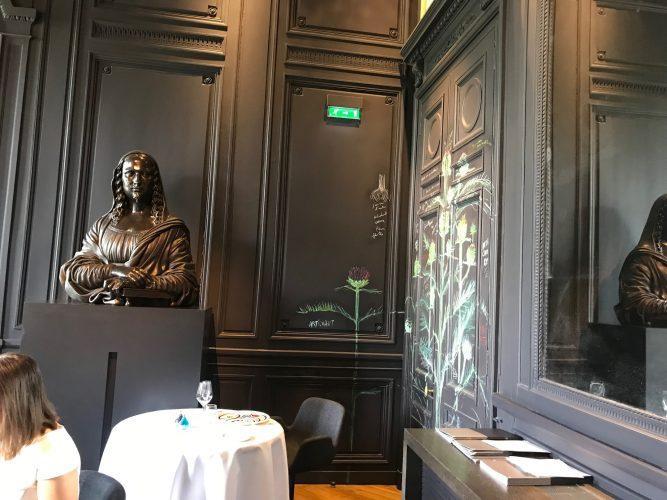 """Dans le salon """"Belles Bacchantes"""", Guy Savoya a peint des artichauts sur les murs"""