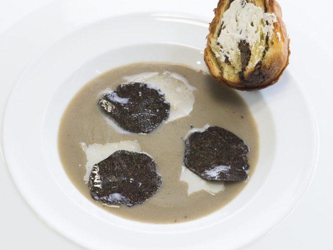 Soupe d'artichaut à la truffe noire, brioche feuilletée aux champignons et truffes