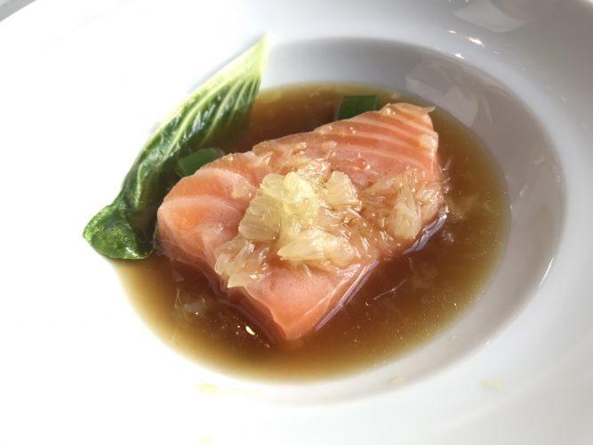 """Filet de saumon mariné à l'huile d'olive et """"cuit"""" sur la glace avec un égrainé de citrons. Choux """"Pak-Choï"""", dés de gelée de cerfeuil et consommé brûlant de légumes à la citronnelle."""
