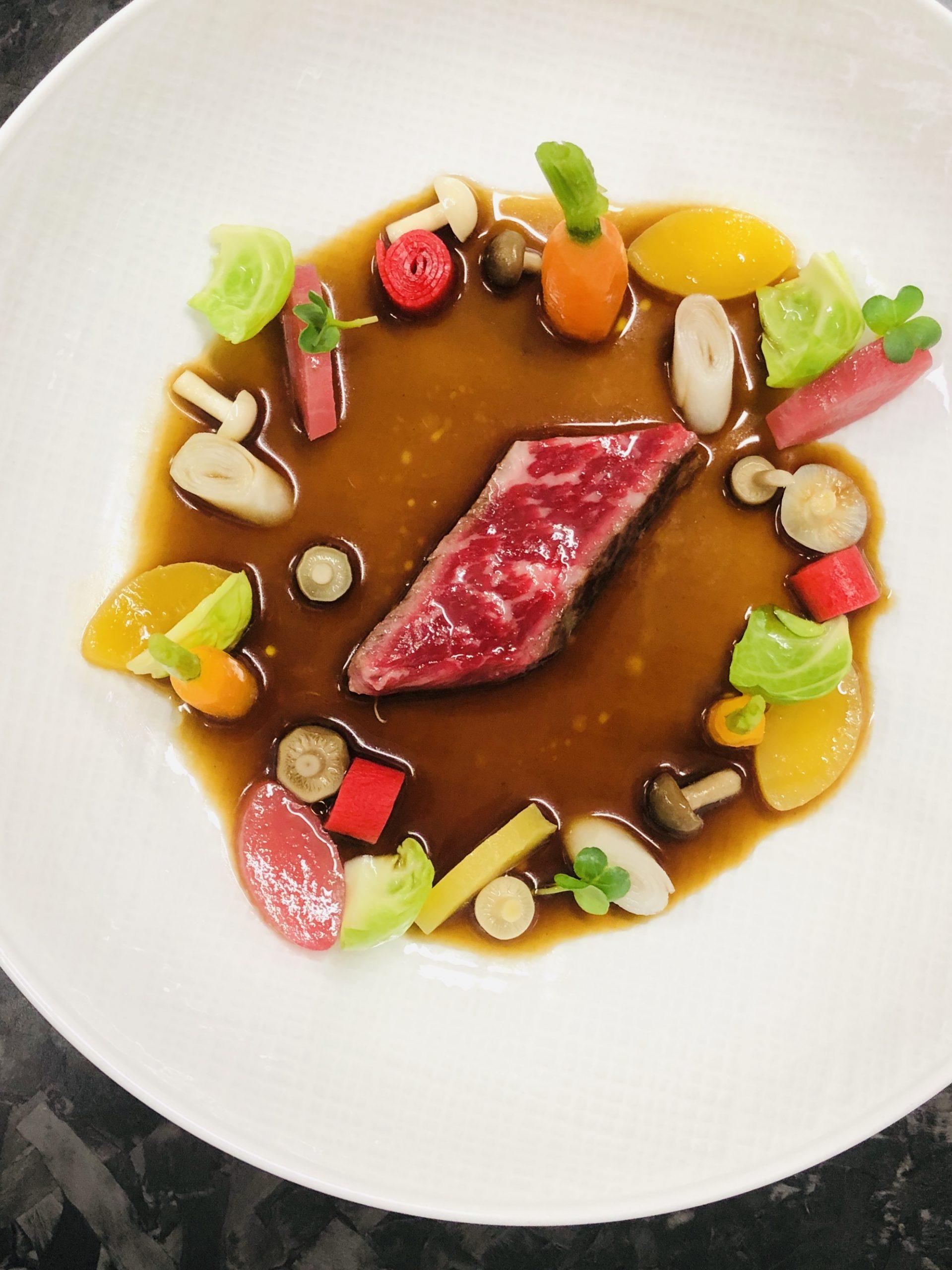 Wagyu japonais cuisiné en consommé corsé, légumes crus et cuits par Christophe Dufossé
