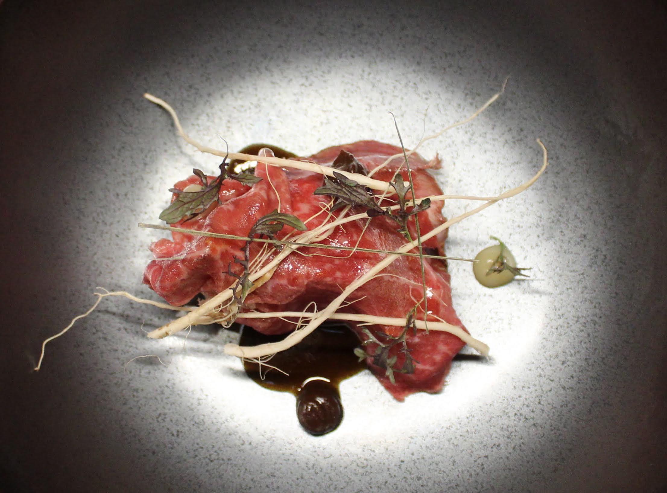 Wagyu japonais en barbecue, anguille fumée, citron verdelli confit, patate douce par Ayumi Sugiyama