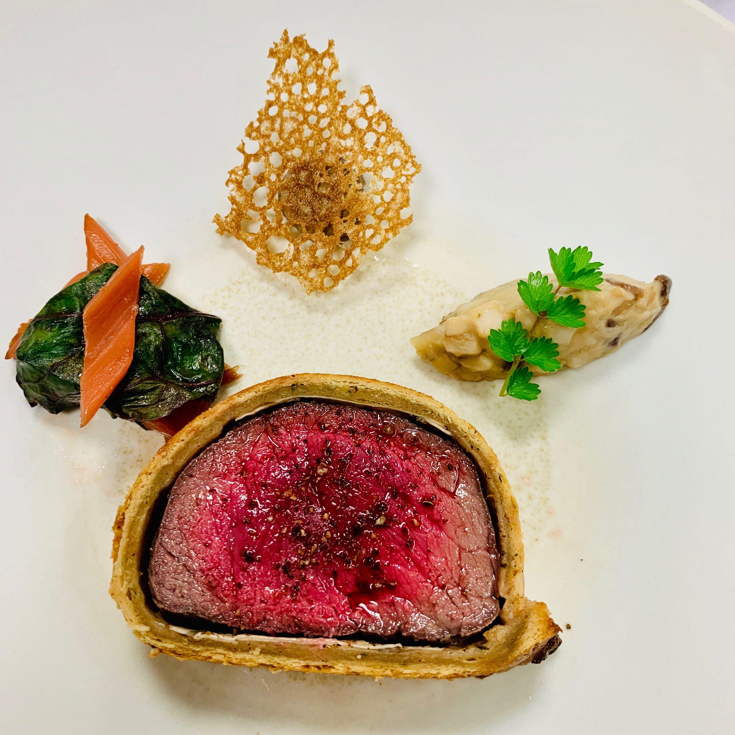 Rumsteak de Wagyu japonais en croute au Mélilot, gratin de blette au bouillon de bœuf et truffe, Sauce Vin Rouge et Poivre du Viet Nam par Romuald Fassenet