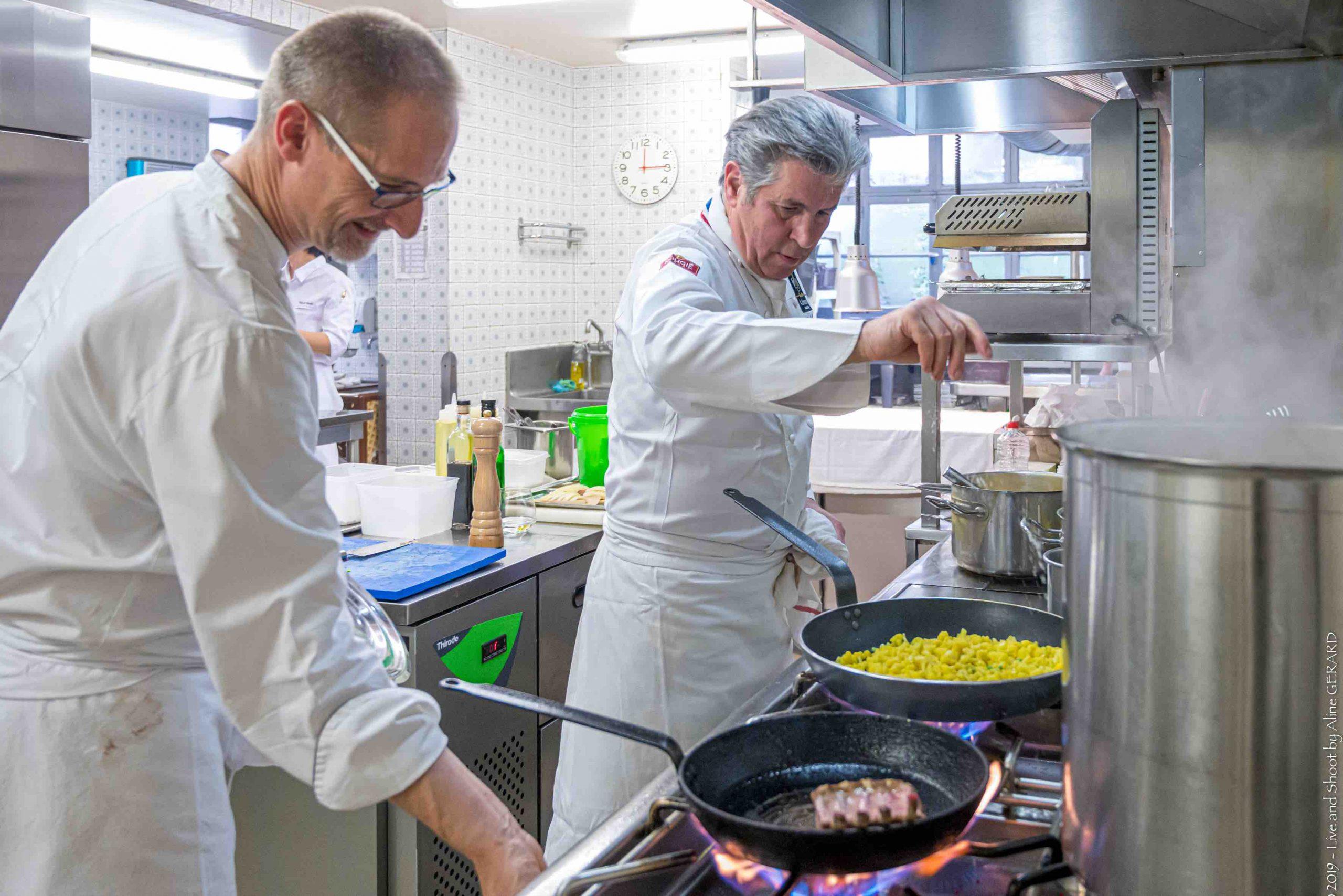 JUlien Binz et Michel Roth dans la cuisine du restaurant Julien Binz à Ammerschwihr