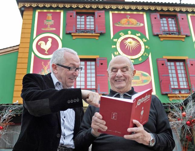 Jean-François Mesplède et Paul Bocuse tiennent le Dictionnaire des Cuisiniers Tome 1