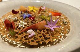 Salade de fleurs, d'aromates et écrevisse