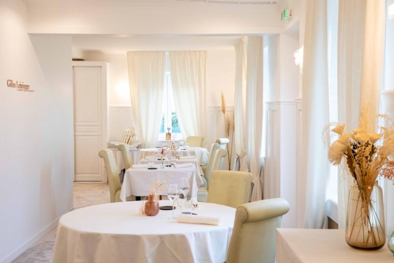 la salle du Jardin Secret a été rafraichie, plus épurée et plus lumineuse ©Lukam Cet été, ils ont rafraichi la salle de restaurant et changé les luminaires.