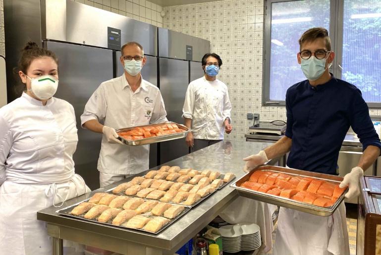 Carole, Takeshi et Eli ont aidé le chef à préparer le repas pour le personnel soignant militaire ©Sandrine Kauffer-Binz