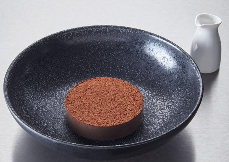 La coque meringuée au cacao, chocolat Guanaja en émulsion, caramel à la fleur de sel ©Lukam