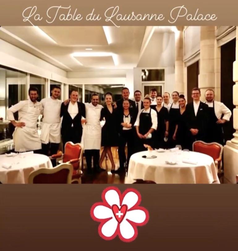 Franck Pelux décroche 1* Michelin au Lausanne Palace en Suisse. Ici avec Sarah et l'équipe