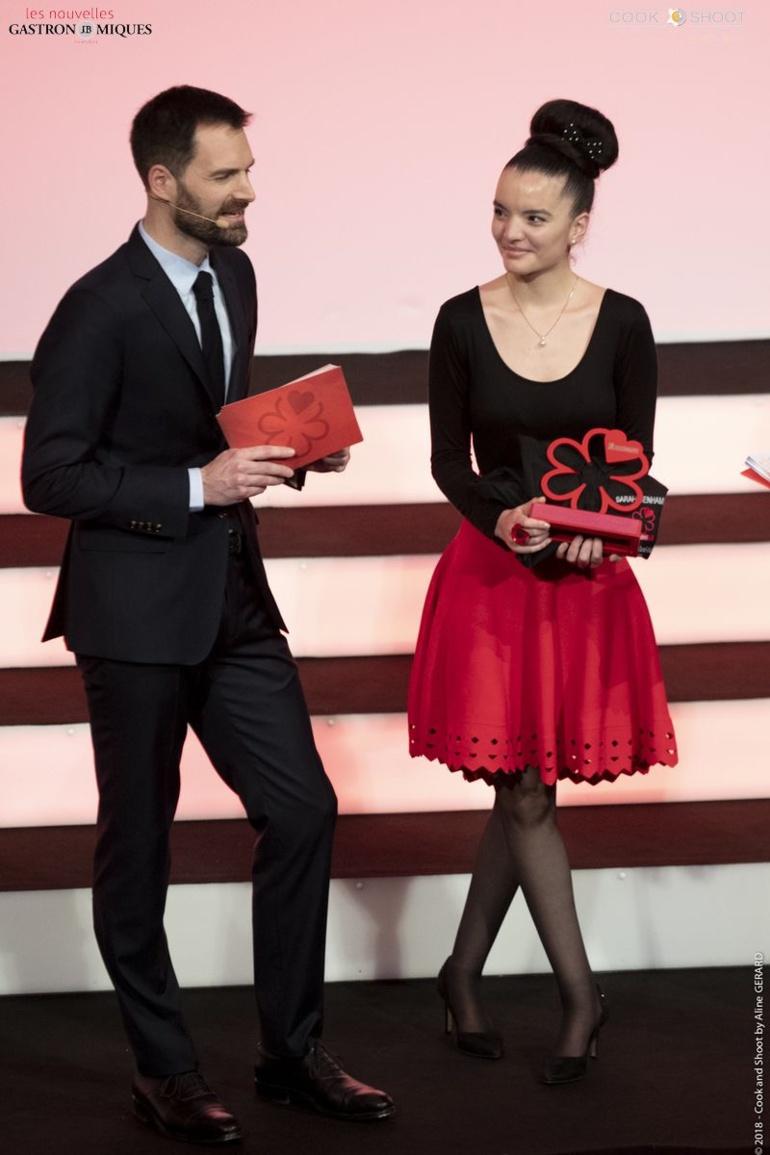Sarah Benahmed fut récompensé en 2019 du premier trophée de la salle. ICI avec Gwendal Poullennec ©Nouvelles Gastronomiques
