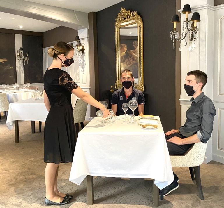 Entraînement avec le masque. Les clients assis n'en porteront pas. Sur la photo, c'est l'équipe de salle qui joue le rôle du client ©Sandrine Kauffer-Binz