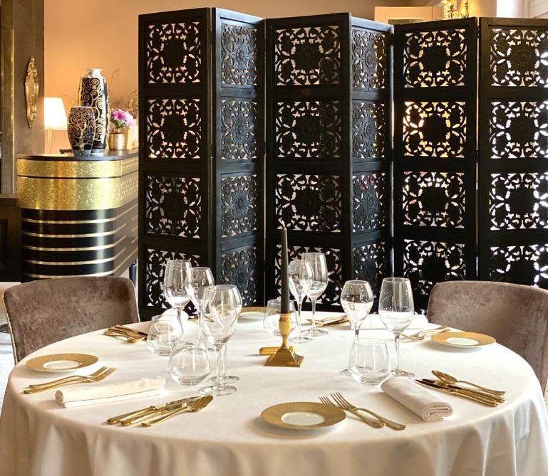 Quelques tables ont été dressées dans le salon, plus intime (maximum 8 couverts)