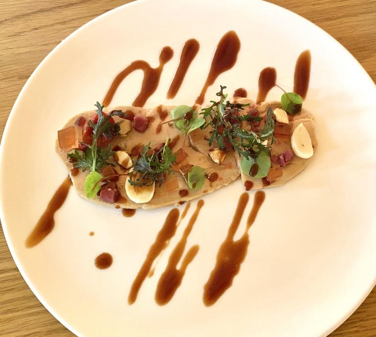 Foie gras d'oie en gravelax, magret de canard, amandes fraîches, jus de griotte et vinaigre ©S. Kauffer-Binz