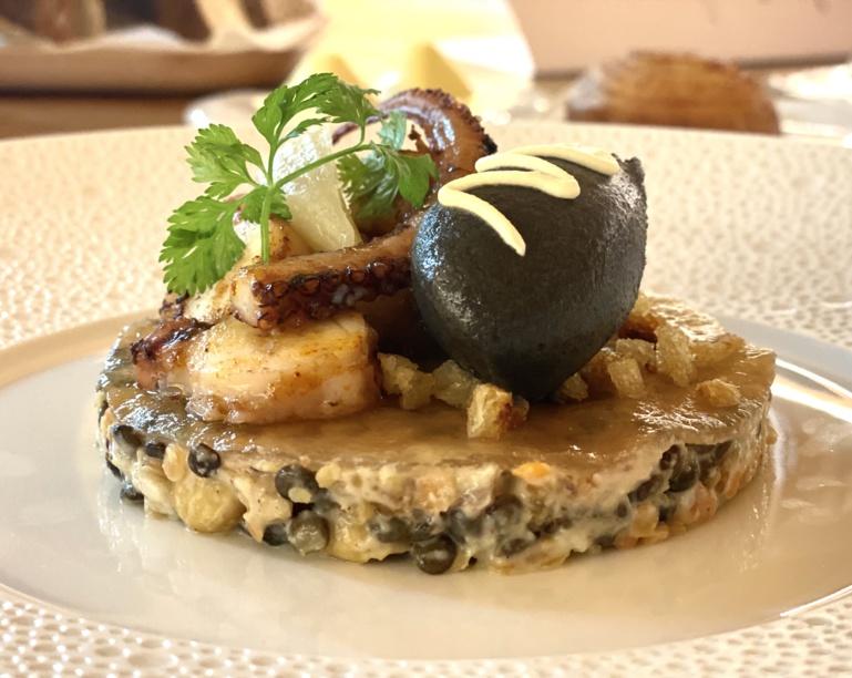 Poulpe, lentilles et noisettes en salade, gelée au verjus et sorbet à l'encre de seiche ©S. Kauffer-Binz