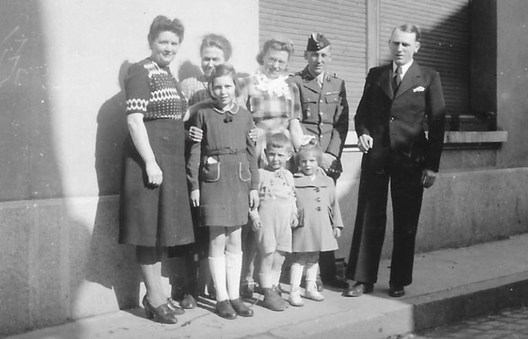 À gauche, sa maman, et tout à droite son père. Devant, sa grande sœur Annette et les jumeaux Monique et Émile.