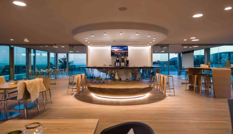 Le bar, majestueux, est la pièce maitresse de la grande verrière.