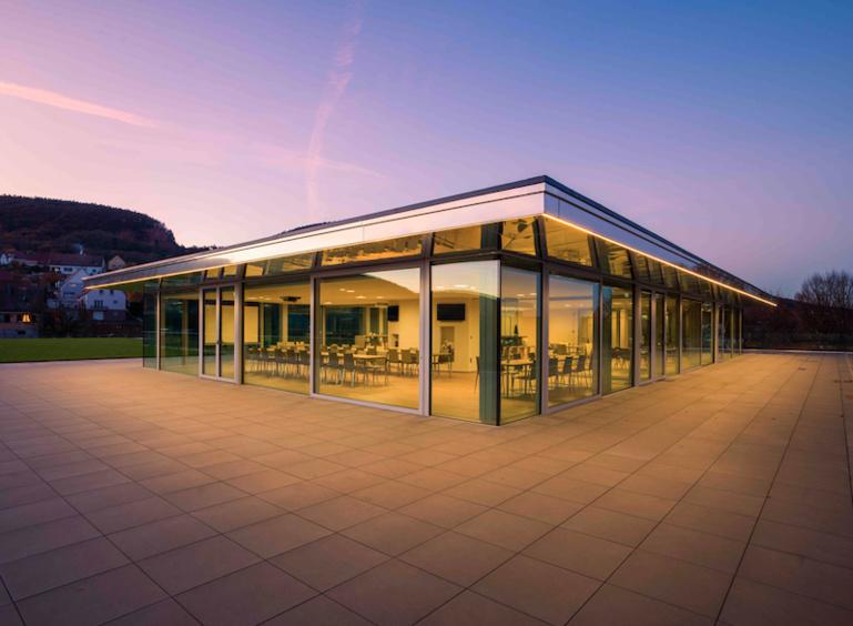 Située à 200 mètres des chais historiques, à Vœgtlinshoffen, le Belvédère est à moins de 10 km au sud de Colmar, près d'Eguisheim.