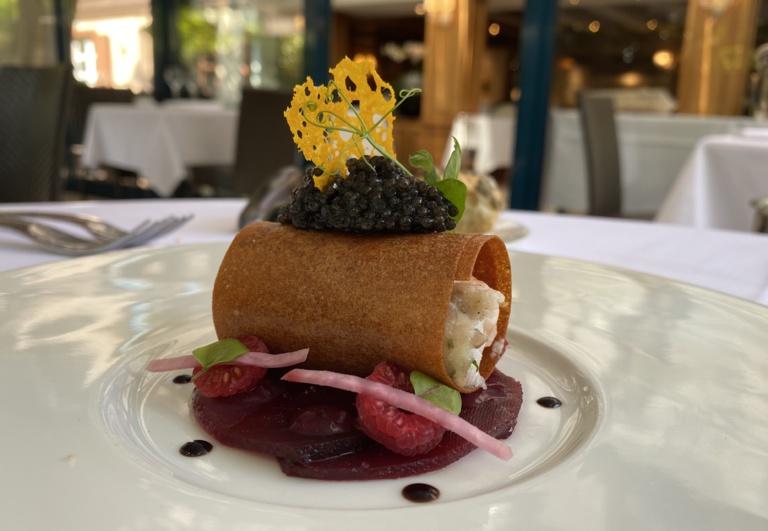 Croustillant de langoustine et pommes de terre, carpaccio de betteraves aux framboises et caviar royal sibérien «Kaviari» ©Sandrine Kauffer-Binz