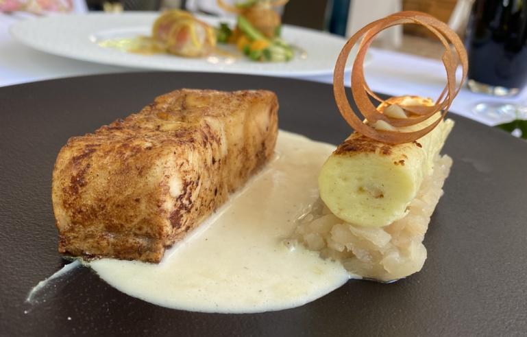 Pavé de silure rôti au beurre de genièvre, navet salé confit et zeste d'orange, et un kässknepfle à l'anguille fumée ©Sandrine Kauffer-Binz