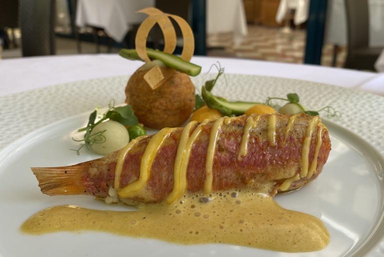 Rouget barbet dans l'esprit d'une bouillabaisse, avec pomme dauphine artichauts / moules et mousseline de fenouil ©Sandrine Kauffer-Binz