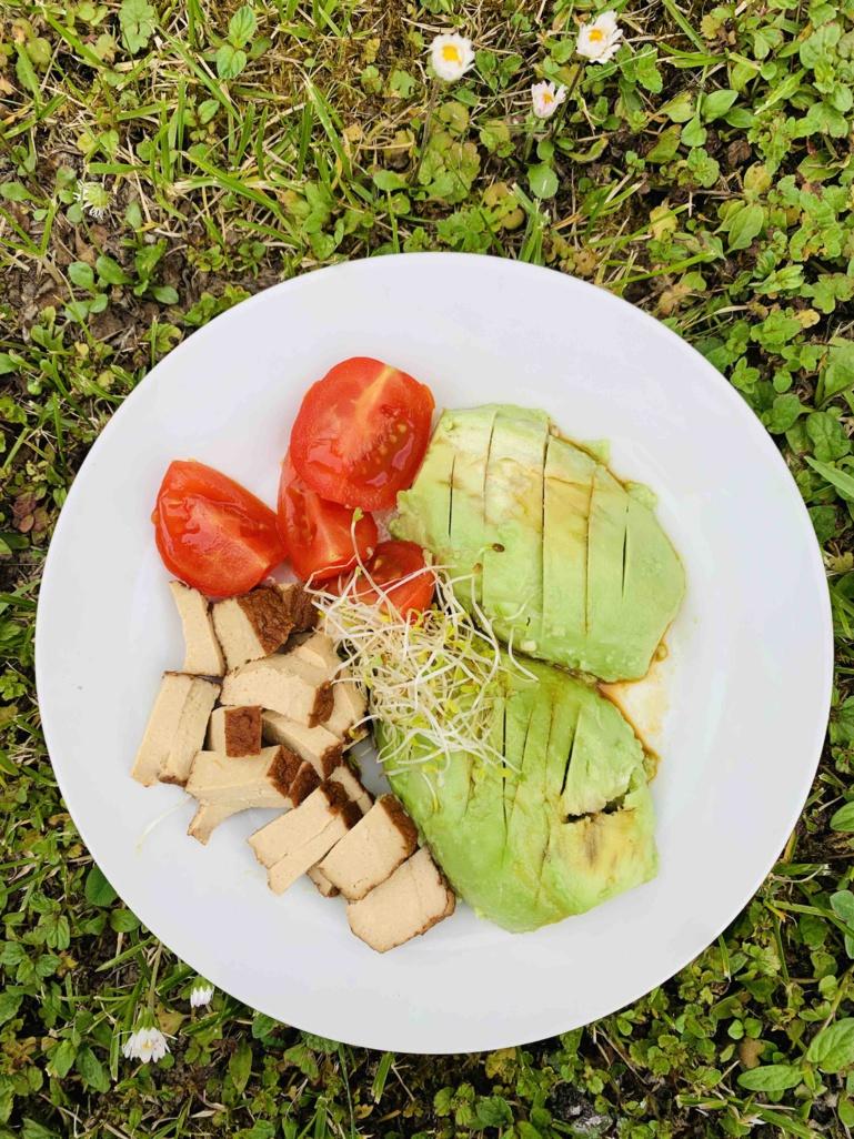 Avocat, un tofu aux amandes, sésame, jus de citron et de sauce de soja type Tamari, graines germées.