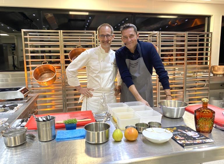 Julien Binz et Lionel Augier préparent la recette du foie gras poêlé au Dom Paccelo Royal Orange de chez Massenez ©Sandrine Kauffer-Binz