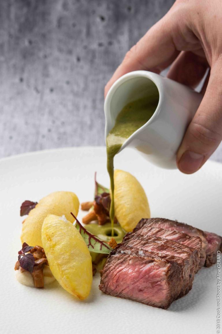 Persillé de Boeuf Angus, pommes soufflées, girolles et sauce ciboulette ©archive Nouvelles Gastronomiques