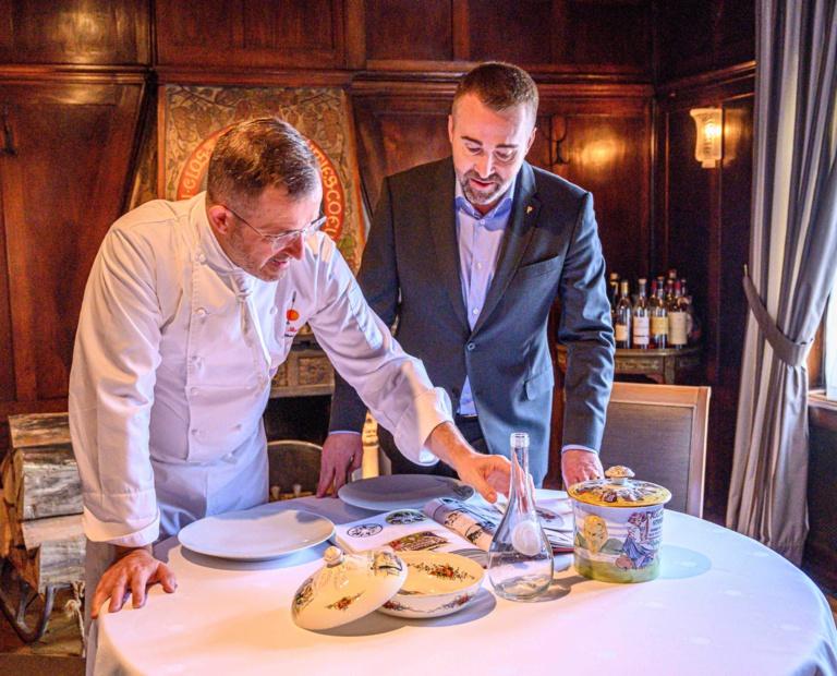Sur la table, la terrine de foie gras, la carafe à eau Lalique avec le visage de St-Odile et un plat de service Obernai