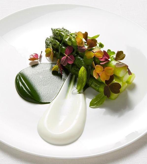 Les premières asperges vertes de la « Ferme Saint Vincent », yaourt de brebis croustillant et truffes noires ©Lukam