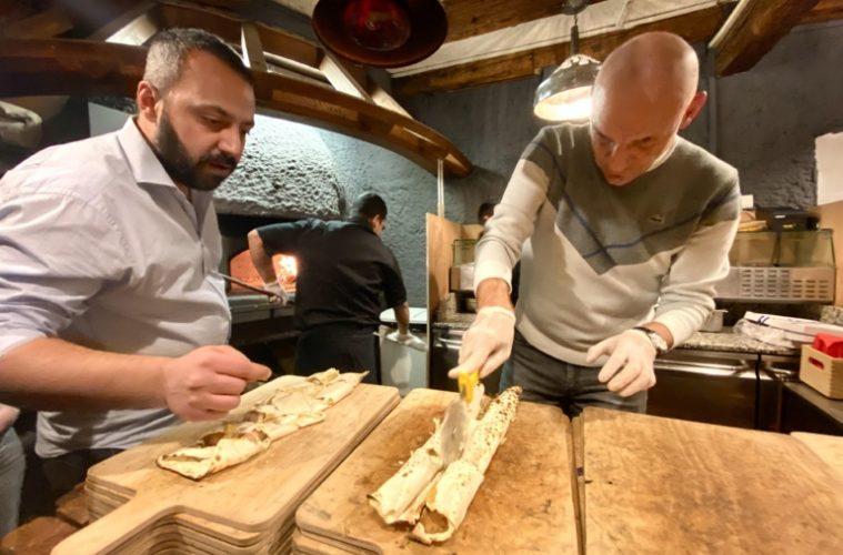 Avec le chef Halilb Contay. Découpe de la flam hot dog ©Sandrine Kauffer-Binz