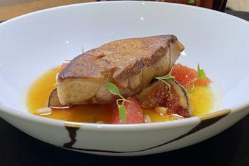 Foie gras de canard poêlé, figue, pomelo, jus au Dom Pacello vanillé de Julien Binz