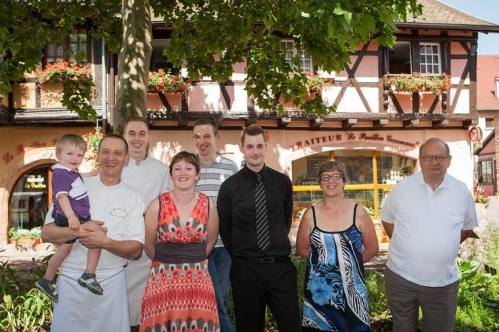 Severine et David, les parents Suzanne et Pascal et une partie de l'équipe du Pavillon Gourmand à Eguisheim