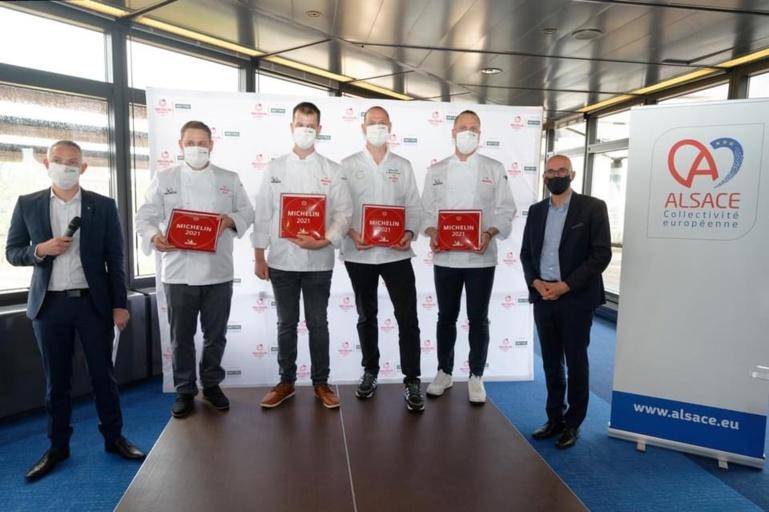 Sur le podium les chefs qui décrochent 1* Michelin, Romain Brillat, Ludovic Kientz, Guillaume Scheer et Gilles Leininger. A droite, le président Frédéric Bierry