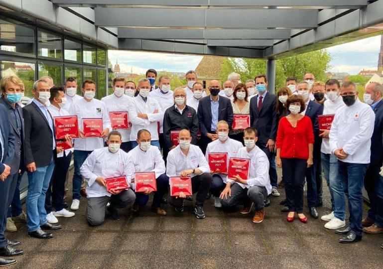 tous les chefs étoilés Michelin alsacien à la CEA à Strasbourg. Au premier rang, accroupis, les nouveaux étoilés promus en 2021