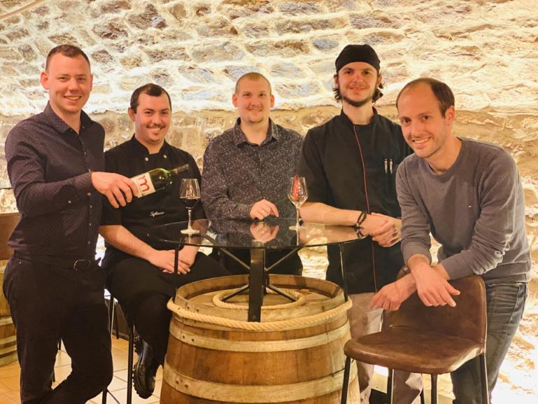 Laurent Hakil (à droite) avec l'équipe de la Table du Millésime à Schilithgheim ©Sandrine Kauffer-Binz