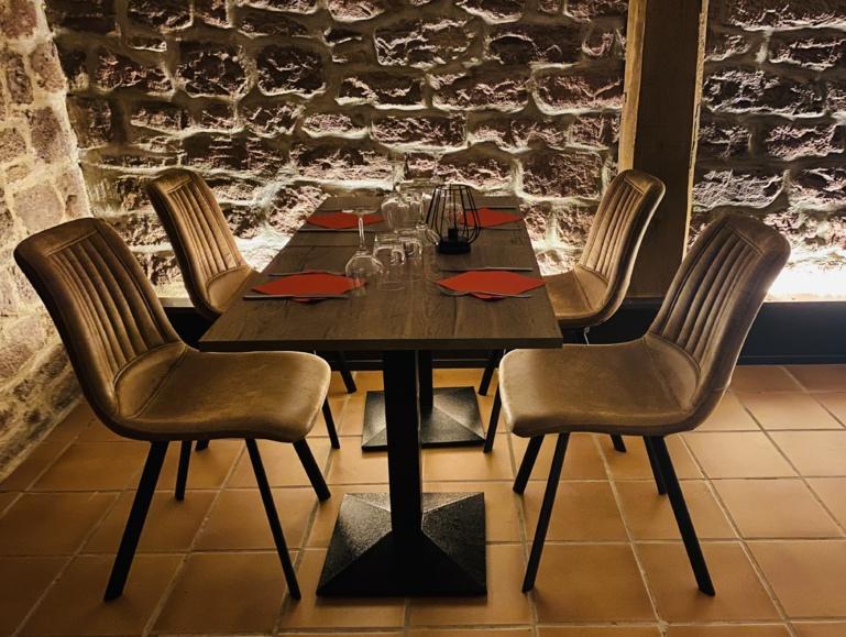 A la table du millésime: bel ensemble tables et chaises fourni par CHR Alsace ©Sandrine Kauffer-Binz