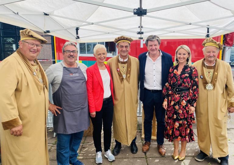 Brigitte Klinkert et Justin Vogel entouré des membres de la confrérie de la véritable flammekueche d'Alsace